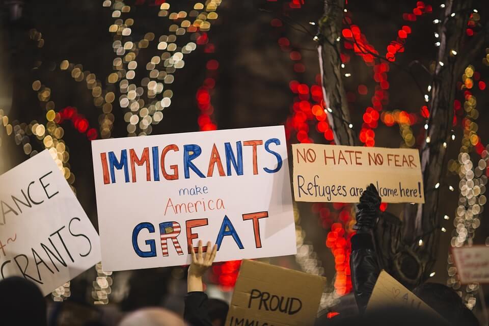 """carteles que dicen """"los inmigrantes hacen a america grande"""""""