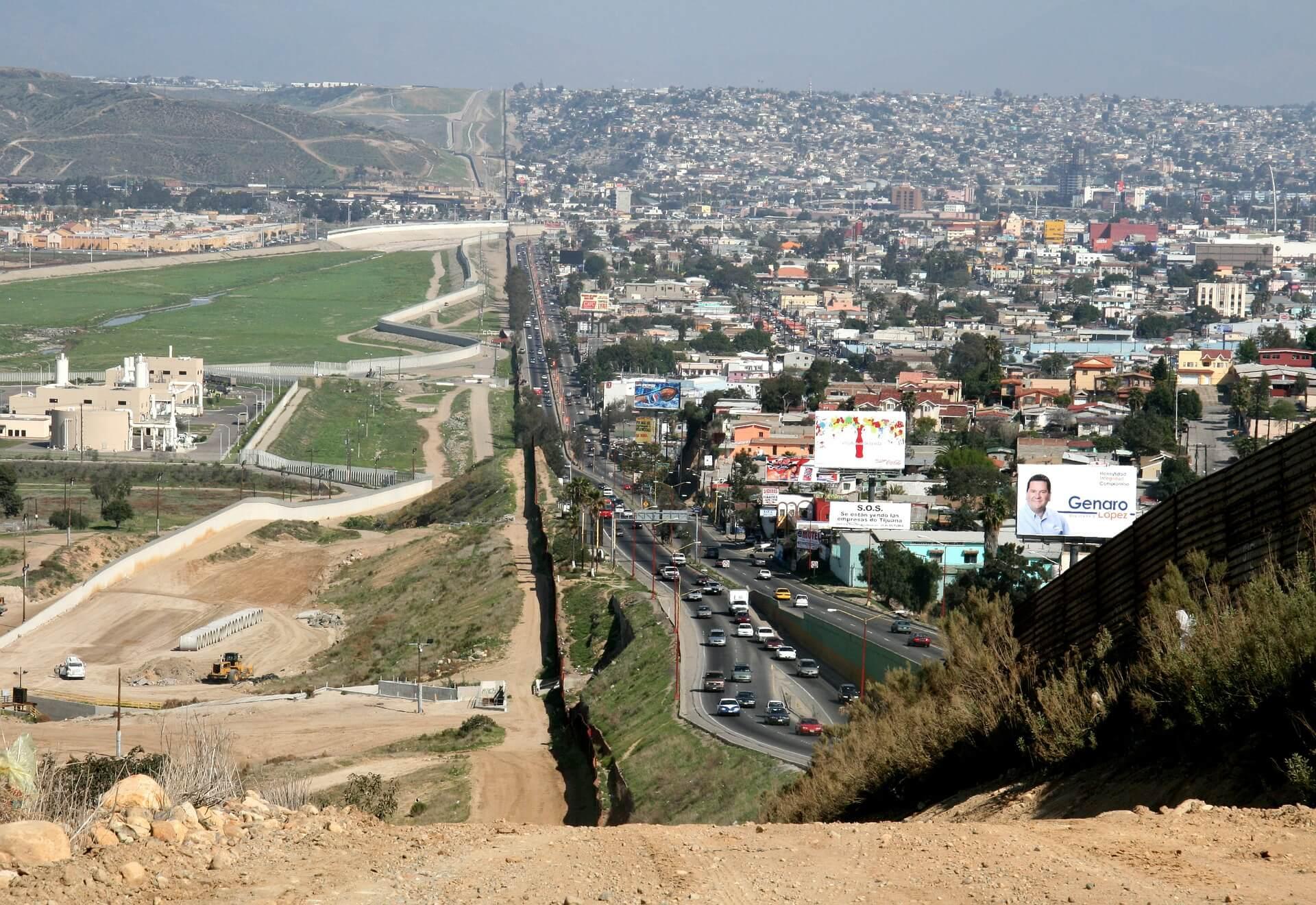 crece la tensión al borde de la frontera migrantes desesperados aguardan directivas de biden