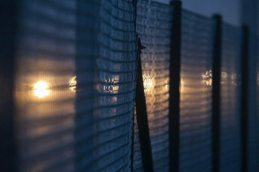 La imagen muestra un alambrado / Este artículo habla acerca de los cruces fronterizos méxico-estados unidos y el aumento de migrantes que llegan a los Estados Unidos