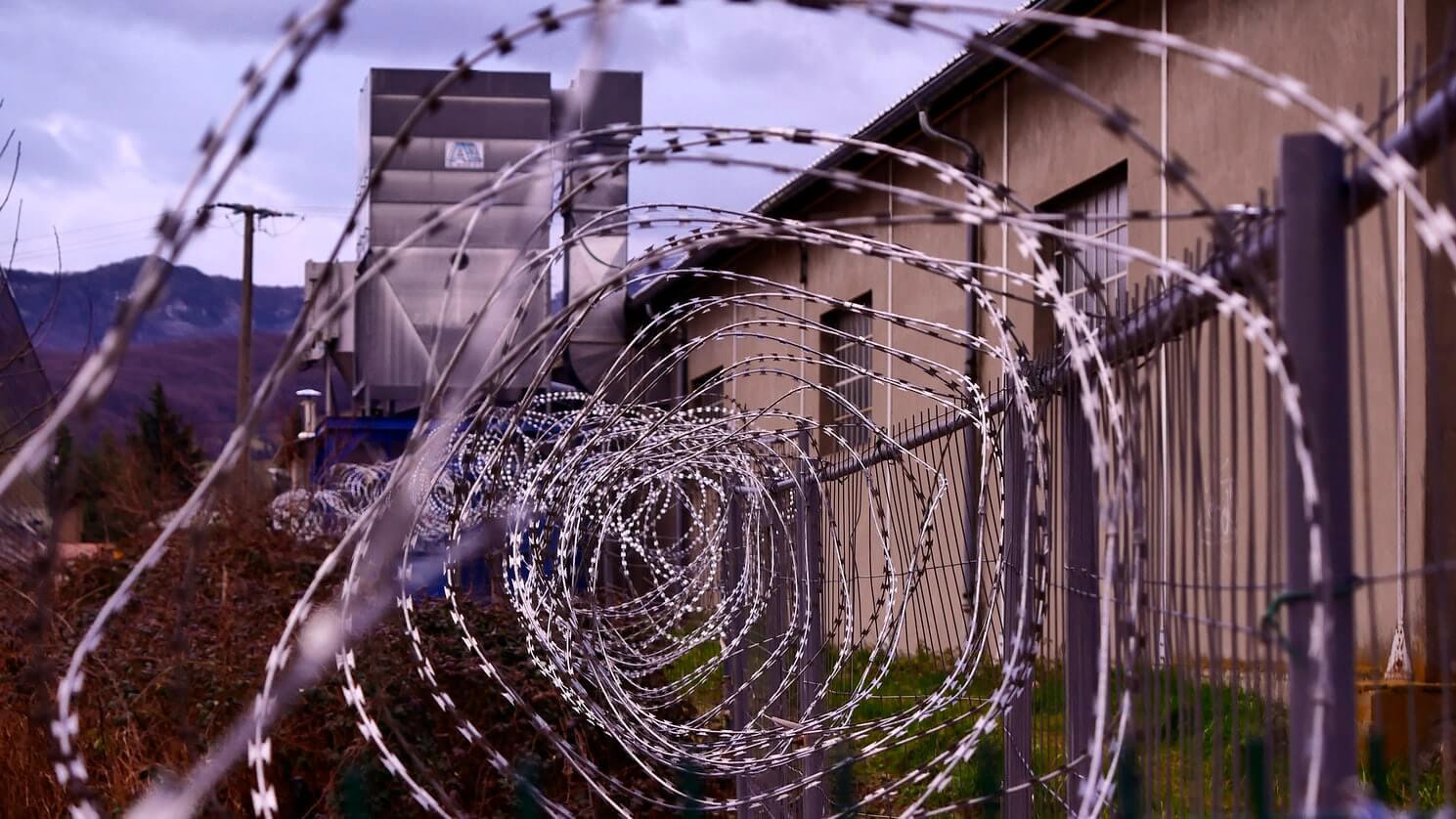enrejado de una prisión - este articulo habla sobre los pedidos de diferentes organizaciones para eliminar el titulo 42