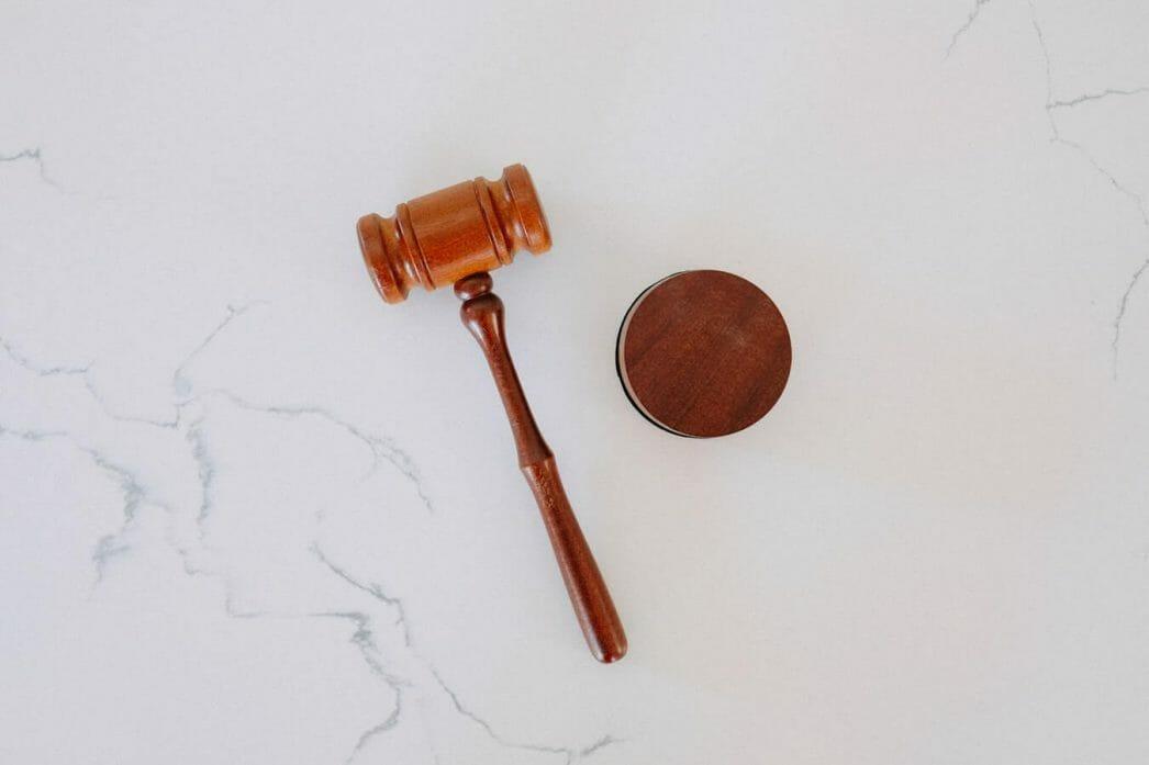 La imagen muestra un martillo de juez - Este articulo habla acerca de la reforma migratoria integral propuesta por biden