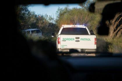 La nota trata sobre el descenso de niños inmigrantes en Estados Unidos que están bajo cuidado de la CBP. La foto muestra un vehículo de este organismo en acción.