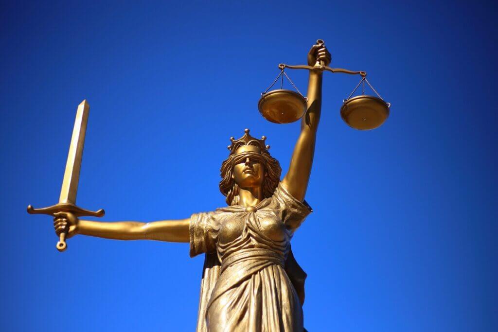 Este artículo habla sobre los cambios recientes en el Departamento de Justicia. La imagen es acorde.
