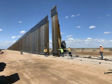 La nota informa sobre la visita de Trump a la frontera de México y Estados Unidos. La foto es del muro fronterizo.