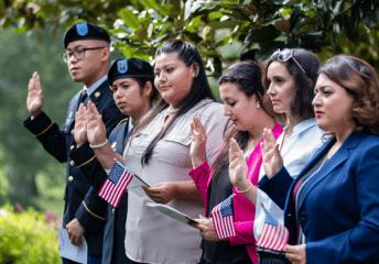 En esta nota informamos sobre la estrategia anunciada por el gobierno de Biden para facilitar el camino hacia la ciudadanía estadounidense. La medida se suma a los planes de la Reforma Migratoria 2021 para instalar un sistema de inmigración más eficaz y receptivo. La imagen es ilustrativa.