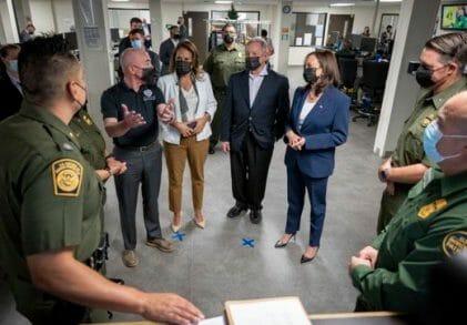 Esta nota es sobre la estrategia anunciada por la Vicepresidente Kamala Harris para abordar las causas de la migración en Estados Unidos. La imagen es de su última visita a la frontera.