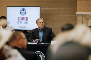 La nota es sobre el cierre de la frontera de Texas con México. La imagen es del gobernador de Texas: Greg Abbott.
