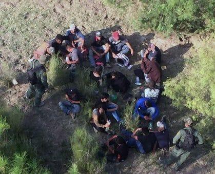 Nota informando las últimas noticias de reforma migratoria 2021. La imagen es de migrantes detenidos en la frontera. .