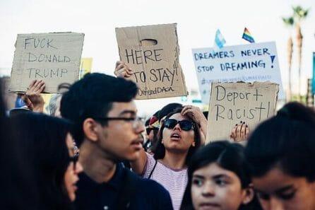 Nota informando las últimas noticias de reforma migratoria 2021. La imagen es de una manifestación en favor de los migrantes.